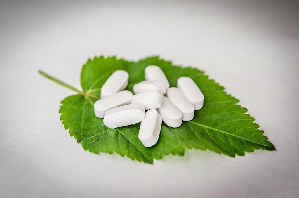 Comprimidos em cima de uma folha, demostrando o que é um medicamento fitoterápico
