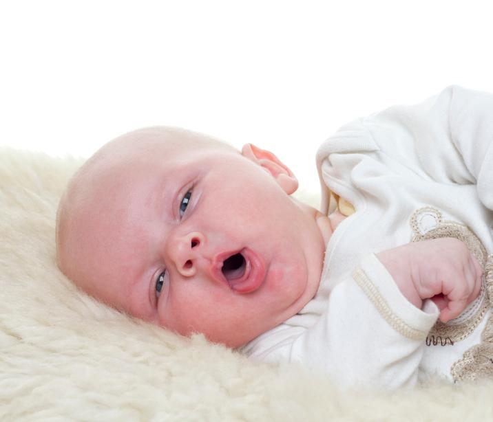 Como aliviar a tosse do bebê durante a noite?