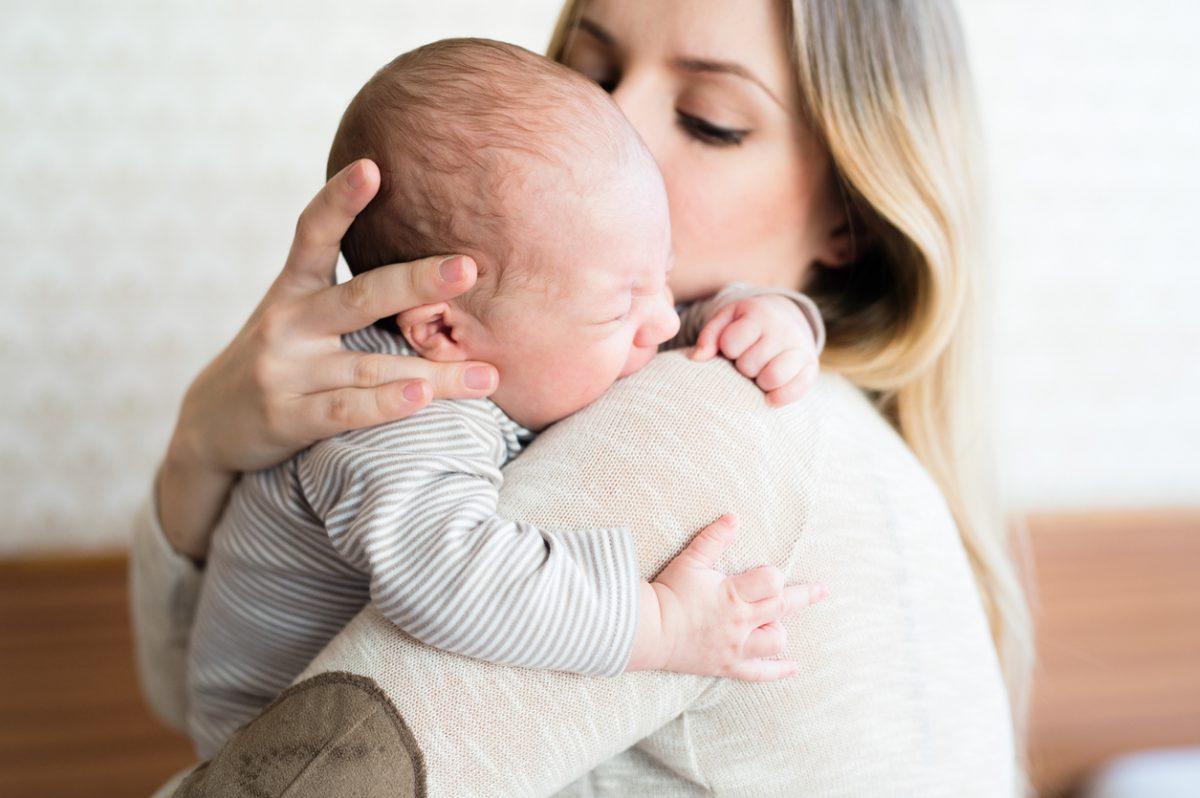 """""""Meu bebê recém-nascido chora muito"""": veja o que fazer!"""